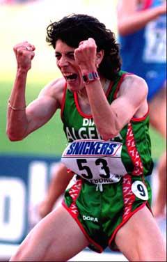 Hassiba Boulmerka jublet etter å ha vunnet VM i Gøteborg i 1995. (Foto: Scanpix)