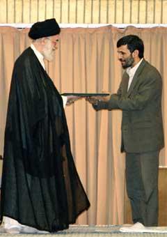 Irans nye president Mohammad Ahmadinejad vart i dag innsett av den mektigaste mannen i landet, ayatolla Ali Khaminei. (Foto: Reuters/Scanpix)