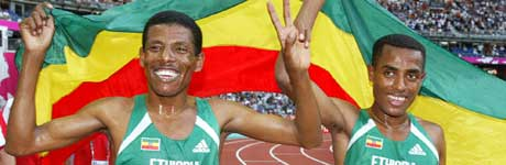Kenenisa Bekele (høyre) og Haile Gebrselassie (venstre). (Foto: AP / SCANPIX)