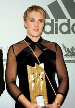 Astrid Kumbernuss ble kåret til årests kvinnelige idrettsutøver i Tyskland i 1997 etter å ha vunnet VM. (Foto: AP/Scanpix)