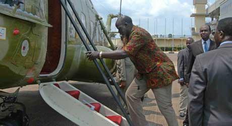 Det siste bildet av John Garang. Her går han om bord i helikopteret som styrtet (Scanpix/AFP)