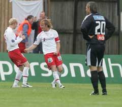 Fredrikstads Dagfinn Enerly (i midten) jubler etter å ha gitt sitt lag 1-0 mot Rosenborg onsdag. RBKs Thorstein Helstad (th) er mindre fornøyd. (Foto Morten Holm / SCANPIX)