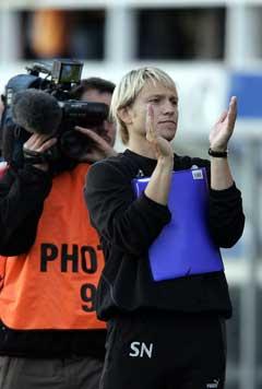 Steinar Nilsen klappet til publikum etter 1-1 mot Brann i sin første jobb som hovedtrener. (Foto: Gorm Kallestad / SCANPIX)