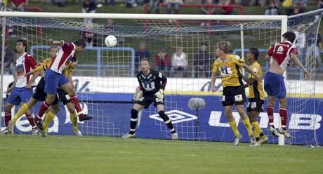Atle Roar Håland (delvis skjult) header ballen i eget mål. (Foto: Alf Ove Hansen / SCANPIX)