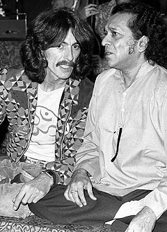 George Harrison sammen med Ravi Shankar i 1974. Foto: AP Photo / Scanpix.