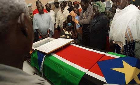 Familie og venner samlet seg rundt kisten til John Garang 1. august. (Foto: AFP/Scanpix)