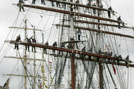 Mange vil se de flotte seilskutene, men 150 i parkering skaper reaksjoner. Bildet viser gaster i riggen på