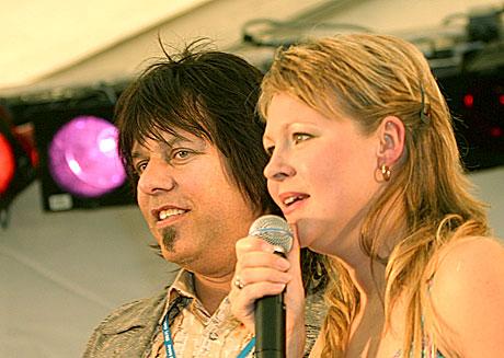 Robert Sæthervik og Ragnhild Lund Ansnes fra NRK P1 ledet åpningsshowet på Notodden. Foto: Arne Kristian Gansmo, NRK.
