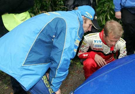 Petter Solberg fikk hjelp av finske Harri Rovanperä til å sjekke dekkene etter første fartsprøve. (Foto: LEHTIKUVA / PEKKA SAKKI / SCANPIX)