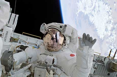 "Astronauten Soichi Noguchi vinker under sin ""space walk"". (Foto: Reuters/Scanpix)"