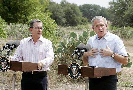 Colombias president Alvaro Uribe og USAs president George W. Bush på ranchen i Texas. (Foto: AP/Scanpix)