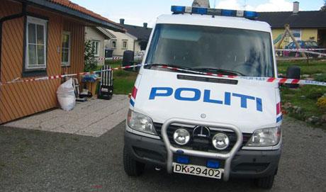 To etterforskere fra Nye Kripos arbeider fredag i boligen.(Foto:Ann Kristin Mo/NRK)