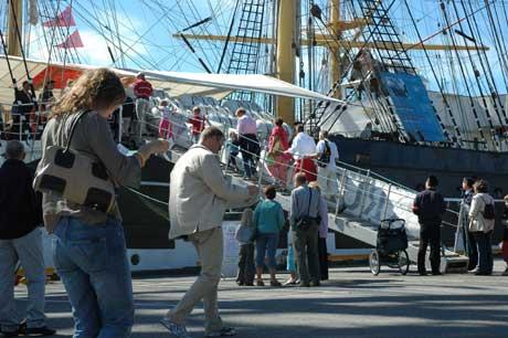 Verdens nest største seilskip, Kruzenshtern, gjestet Tall Ships Races. Skipet var veldig populært blant de besøkende. (Foto: Rune Fredriksen, NRK)
