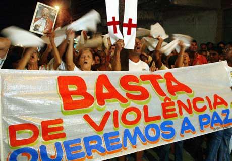 Nok vold. Vi vil ha fred, mente folk i Rio de Janeiro i april. 29 mennesker var meiet ned av politiet (Scanpix/AFP)
