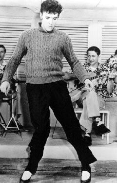 Elvis Presley, her med Scotty Moore på gitar i bakgrunnen. Foto: Promo.