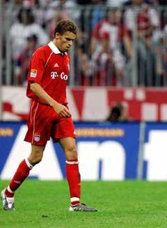 Bayerns franske forsvarer Valerien Ismael ble utvist to minutter før pause. (Foto: Reuters/Scanpix)