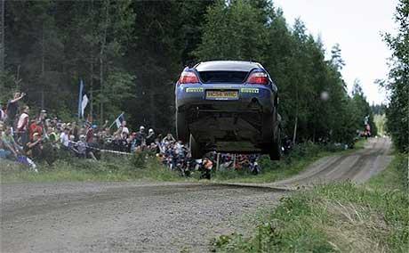 Petter Solberg fløy høyt i de finske skoger, men det gikk ikke fort nok med nordmannen. (Foto: www.swrt.com)