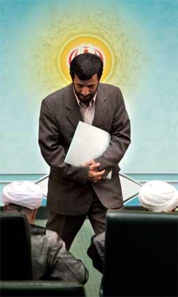 Irans nye president Mahmoud Mhmadinejad vart teken i eid i dag. (Foto: AP/Scanpix)