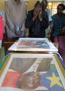 John Garangs kiste har vært innom flere byer i Sør-Sudan for at folk skulle få vise den siste ære. (Foto: AFP/Scanpix)