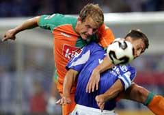 Schalkes Ebbe Sand (t.v.) i kamp med Bremens Petri Pasanen. (Foto: AP/Scanpix)