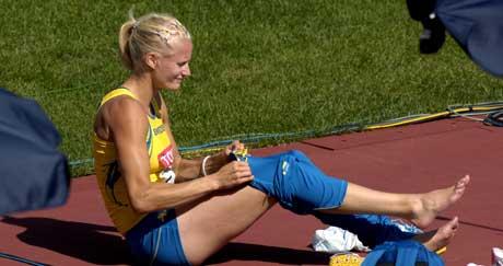 Carolina Klüft hvilte sin skadde fot etter høydekonkurransen. (Foto: Janerik Henriksson / SCANPIX)