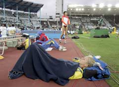 Kajsa Bergqvist tok det med ro mellom hoppene i kvalifiseringen. (Foto: AP/Scanpix)