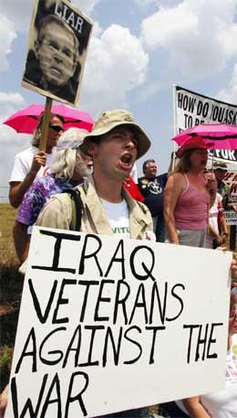 Antikrigsdemonstranter samlet seg i går nær ranchen til George W. Bush i Crawford i Texas. (Foto: AFP/Scanpix)