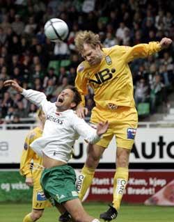 Ham-Kams spiller Markus Ringberg takles av Erik Hoftun for Bodø-Glimt på Briskeby søndag Foto: Bjørn Sigurdsøn / SCANPIX
