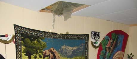 Ingen ble skadet da en stein raste gjennom taket ( foto: Nils Mehren, NRK)