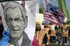 "Bush sin uttalelse om land han mente tilhørte ""ondskapen akse"" utløste store anti-amerikanske protester. (Foto: Scanpix/AP/Y. Jai-Hyoung)"