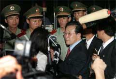 Den nord-koreanske vise utenriksministeren Kim Kye-gwan møter pressen under seksmannssamtalene vedrørende landets atomvåpenprogram. (Foto: Scanpix/Reuters/J.Lee.)
