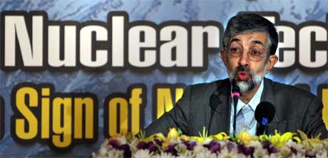 Irans parlamentariske leder Gholomali Haddadadel snakker på en konferanse om irans atom-teknologi. (Foto:Scanpix/AP/H. Sasrbakhshian)