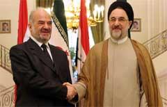 Iraks statsminister Ibrahim al-Jafaari og Irans tidligere president Mohammad Khatami tar hverandre i hånden på et møte den 17. juli i år. (Foto: Scanpix/AP/V. Salemi)