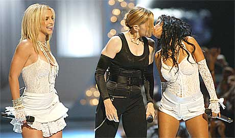 <b>Kranglefanter: </b>Under MTVs Video Music Awards i 2003 kjempet Britney Spears og Christina Aguilera om Madonnas gunst. Foto: Scanpix.