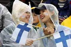 To finske tilskuere tok regnet med godt humør. (Foto: Reuters/Scanpix)