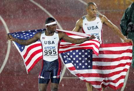 Gullvinner Bershawn Jackson (t.v.) og sølvvinner James Carter feiret med stjerner og striper. (Foto: AFP/Scanpix)