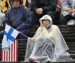 En finsk supporter trosset elementene for å se kvalifiseringen på 400 meter hekk onsdag. (Foto: AFP/Scanpix)