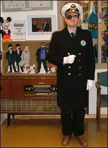 Jan P. Krogh med vaktuniform på Tegneseriemuseet (Foto: Marius Alstedt)