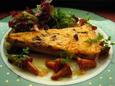 Easy as pie: Terten serveres med vinaigrette av sesongfriske kantareller. Foto: Elizabeth Higson, NRK