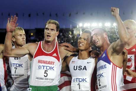 Gullvinner Bryan Clay flankert av Roman Sebrle og Attila Zsivoczky. (Foto: AFP/Scanpix)