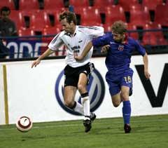 Rosenborgs Christer Basma i kamp med Steuas Mihai Nesu. (Foto: Gorm Kallestad / SCANPIX)