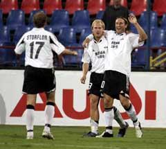 Thorstein Helstad (th) jubler sammen med Mikael Dorsin og Øyvind Storflor etter scoringen. (Foto: Gorm Kallestad / SCANPIX)