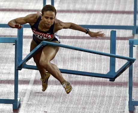 Joanna Hayes snublet i den niende hekken og krasjet inn i den tiende. (Foto: Reuters/Scanpix)