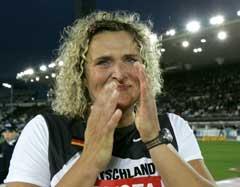 En lykkelig Franka Dietzsch etter å ha tatt Tysklands første gullmedalje. (Foto: AP/Scanpix)