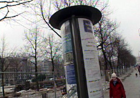 Mange har markert motstand mot de fire meter høye, opplyste reklametårnene. Foto: NRK