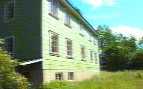 Opplysningsvesenets fond lover å pusse opp våningshuset på Tinn prestegård. Foto: NRK