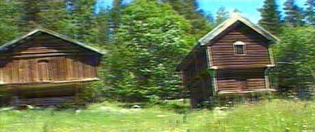 Tinn prestegård har også gamle stabbur ståande i gardstunet. Foto: NRK