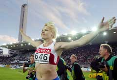 Olga Kuzenkova viser omtrent hvor mye hun slo Yipsi Moreno med. (Foto: AFP/Scanpix)