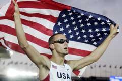 Jeremy Wariner jublet over gullmedaljen. (Foto: AFP/Scanpix)