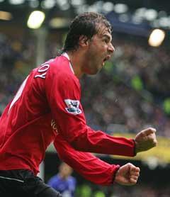 Ruud Van Nistelrooy jubler etter å ha gitt Manchester United ledelsen. (Foto: Reuters/Scanpix)